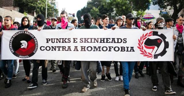 10jun2012---punks-e-skinheads-protestam-contra-a-homofobia-na-tarde-deste-domingo-10-durante-a-16-edicao-da-parada-do-orgulho-lgbt-de-sao-paulo-na-avenida-paulista-1339356938741_956x500