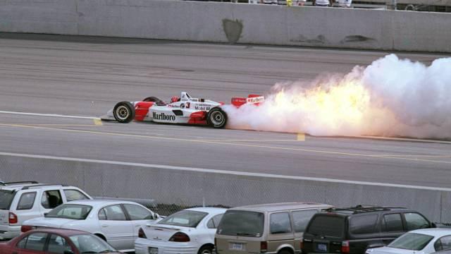 carro-de-helio-castroneves-deixa-rastro-de-fogo-durante-a-epata-de-chicago-da-formula-indy-em-2000-1312394714840_1920x1080
