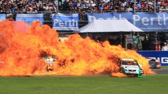 carro-do-piloto-karl-reindler-pega-fogo-depois-de-colidir-com-outro-competidor-em-barbagallo-raceway-na-australia-1324516742845_1920x1080