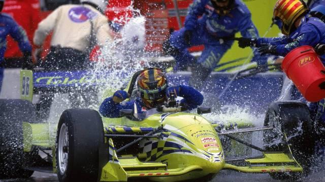 espanhol-oriol-servia-toma-banho-de-balde-para-apagar-incendio-durante-a-etapa-de-chicago-da-cart-em-2000
