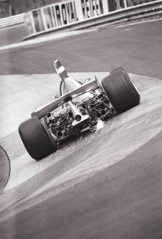 Clay Regazzoni contornando a curva Karussell. Nürburgring, 1975