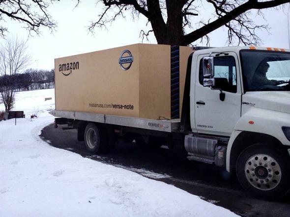 size_590_Nissan_entrega_carro_dentro_de_caixa_gigante_da_Amazon (2)