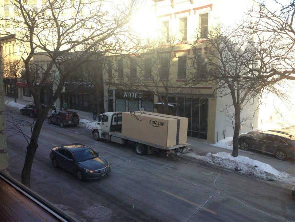 size_590_Nissan_entrega_carro_dentro_de_caixa_gigante_da_Amazon