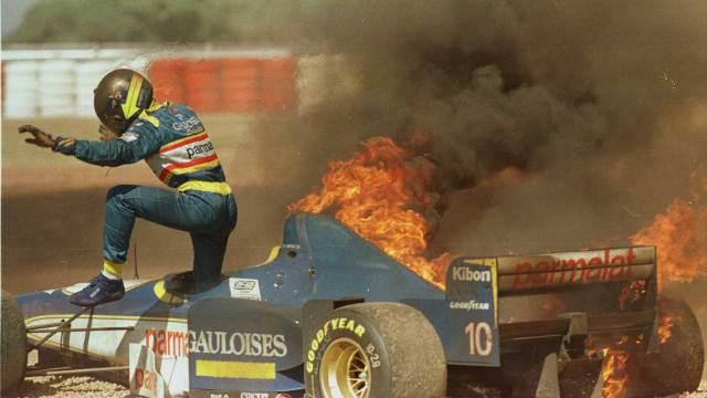 brasileiro-pedro-paulo-diniz-escapa-de-carro-em-chamas-no-gp-da-argentina-de-1996